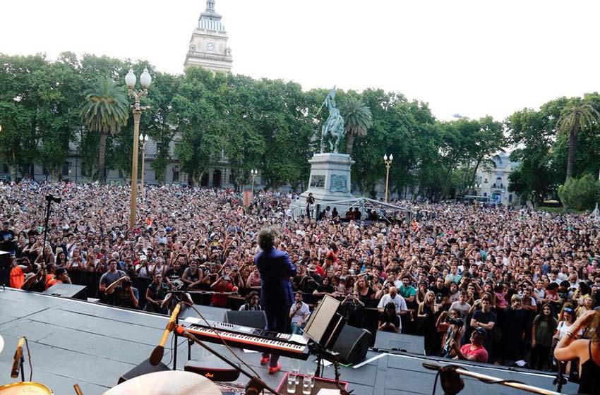Fito Páez dio dos shows sorpresa en Rosario