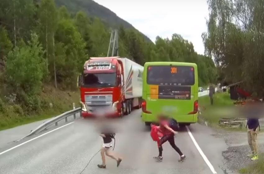 Un nene se salva de milagro de ser atropellado por un camión