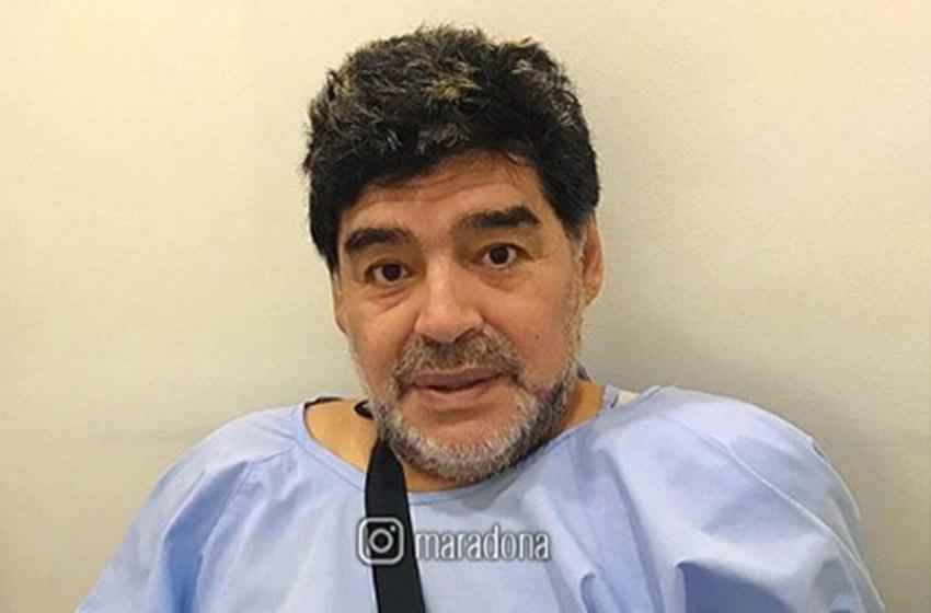 Operan a Maradona del hombro izquierdo