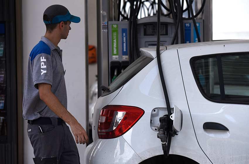 Otro golpe al bolsillo: YPF aumentó los combustibles hasta 4,5%
